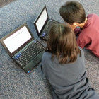 Kinder mit Laptops